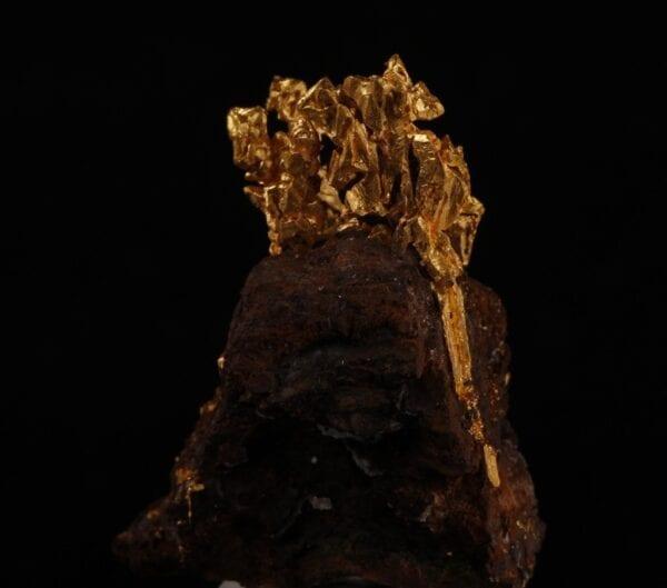 gold-crystals-matrix-594307217