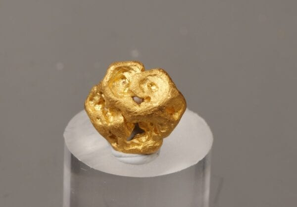 gold-crystal-1129878086